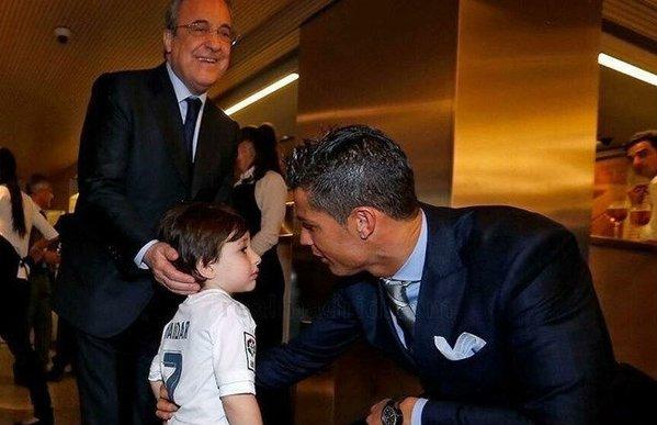 Cậu bé mồ côi người Libăng vỡ òa khi được ôm C.Ronaldo 1