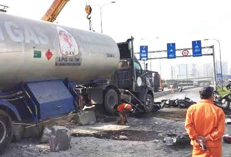 Hiện trường vụ tai nạn xe bồn cuốn hàng loạt xe máy vào gầm ở Sài Gòn 1