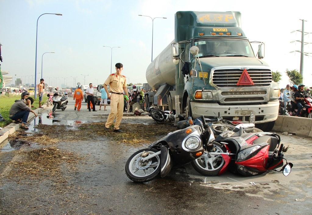 Hiện trường vụ tai nạn xe bồn cuốn hàng loạt xe máy vào gầm ở Sài Gòn 2
