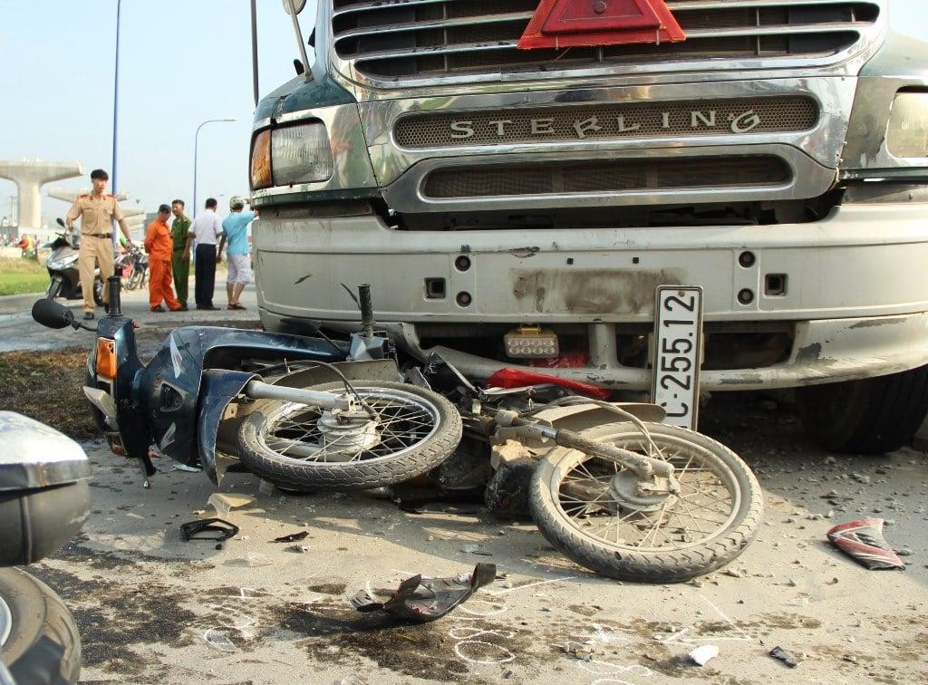 Hiện trường vụ tai nạn xe bồn cuốn hàng loạt xe máy vào gầm ở Sài Gòn 4