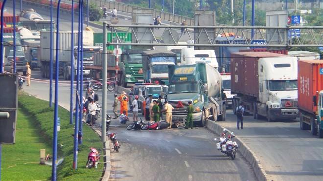 Hiện trường vụ tai nạn xe bồn cuốn hàng loạt xe máy vào gầm ở Sài Gòn 5