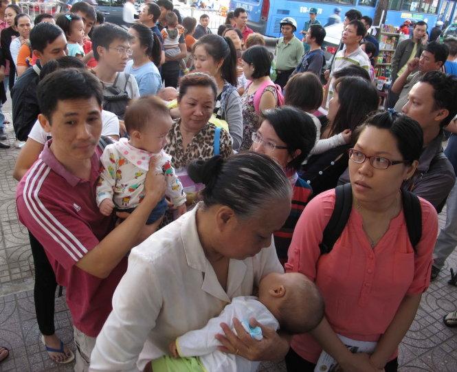 Người Sài Gòn thức trắng đêm, ôm con chờ  tiêm vắc xin 3