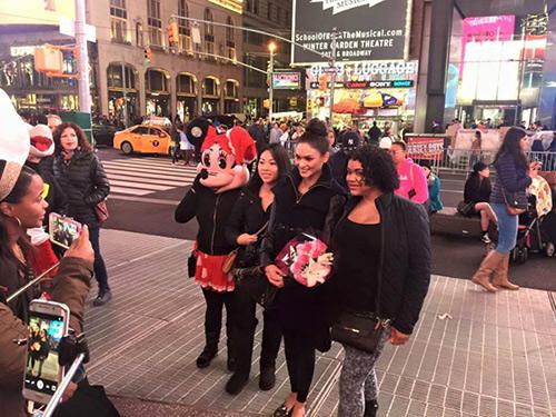 Mặt mộc nhợt nhạt của tân Hoa hậu Hoàn vũ trên đường phố New York 2