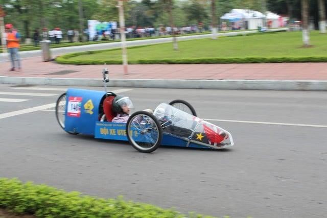 Sinh viên Việt chế xe ô tô chạy 200km hết 1 lít cồn 3