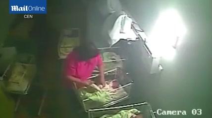 Hình ảnh Nữ hộ sinh đánh, cắn bé 4 ngày tuổi bị camera ghi lại số 1