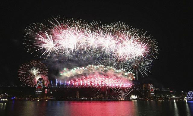 Video: Pháo hoa rực rỡ đón năm mới 2016 trên cầu cảng Sydney 1