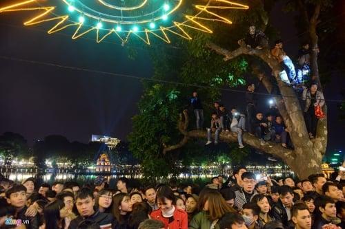 Hình ảnh Hà Nội: Đêm giao thừa 2016, trèo cây, chen lấn, ngất xỉu số 6