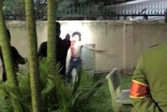 Hà Nội: Thanh niên nghi ngáo đá chạy vào quán cà phê tự cứa cổ 1