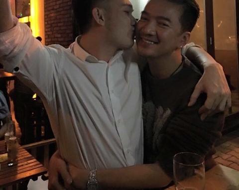 Mr Đàm khoe ảnh được Dương Triệu Vũ hôn má 1