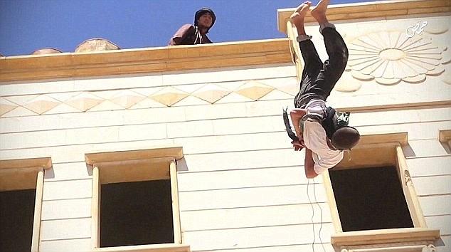 Hình ảnh IS ném bé trai 15 tuổi từ mái nhà xuống vì quan hệ đồng tính số 1