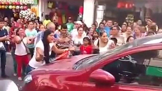 Chồng và nhân tình cố thủ trên xe, vợ đập kính đánh ghen kinh hoàng  1