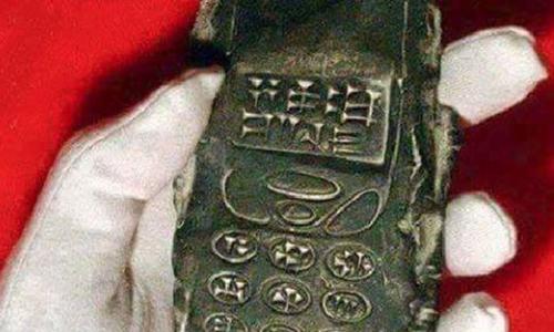 Cục đất 800 tuổi giống điện thoại gây tranh cãi 1