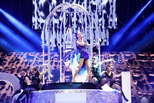 Maya gợi cảm hết cỡ khi thể hiện hit mới của Lưu Thiên Hương 2