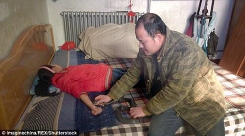 Cha nghèo dùng rắn hổ mang chữa bệnh cho con gái 2