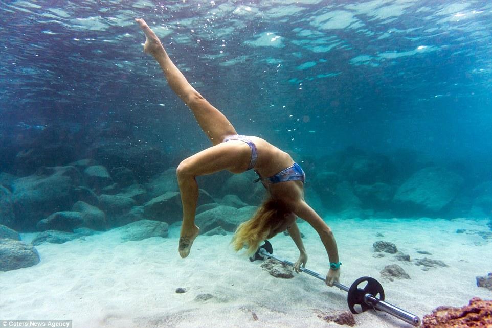 Chiêm ngưỡng bộ ảnh người mẫu tập gym dưới đáy biển tuyệt đẹp 2