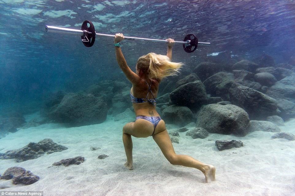 Chiêm ngưỡng bộ ảnh người mẫu tập gym dưới đáy biển tuyệt đẹp 3