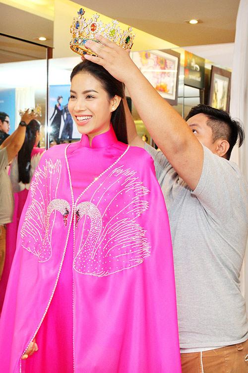 Phạm Hương bất ngờ mặc áo dài có thiết kế độc lạ 1