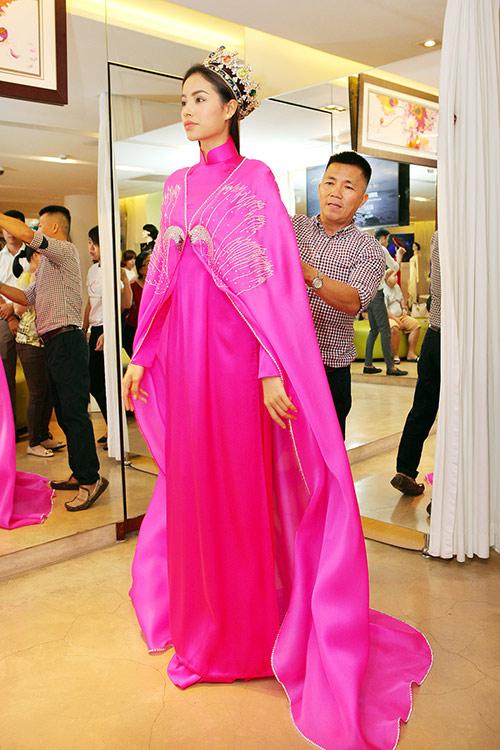 Phạm Hương bất ngờ mặc áo dài có thiết kế độc lạ 3