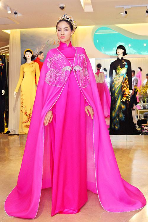 Phạm Hương bất ngờ mặc áo dài có thiết kế độc lạ 4