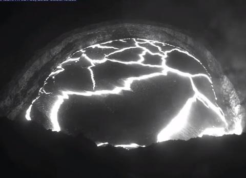 'Quả trứng lạ' bắn ra từ núi lửa Hawaii phun trào 2