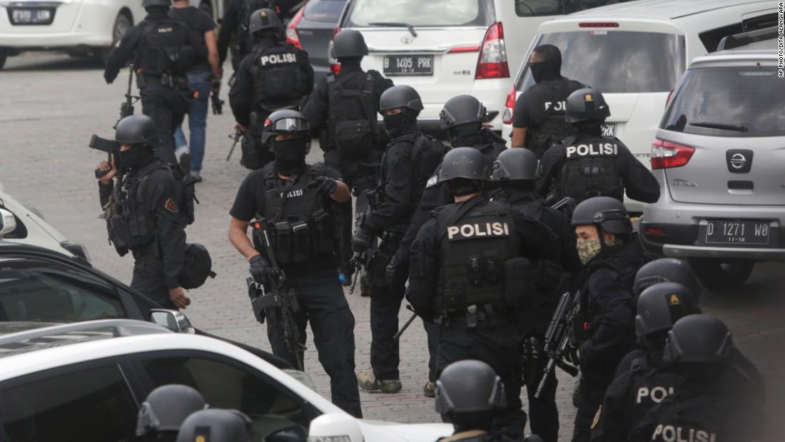 Ảnh vụ nổ bom: Đấu súng giữa thủ đô Indonesia 1