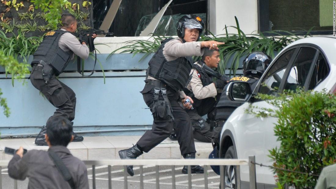Ảnh vụ nổ bom: Đấu súng giữa thủ đô Indonesia 2