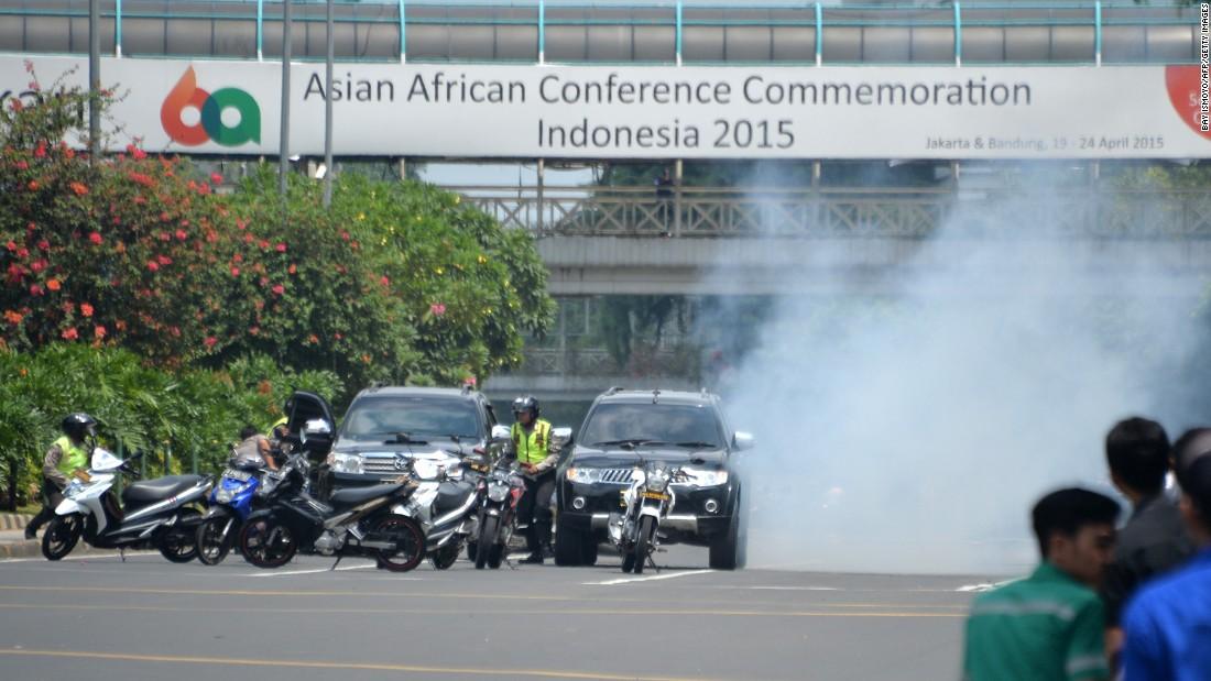 Ảnh vụ nổ bom: Đấu súng giữa thủ đô Indonesia 8