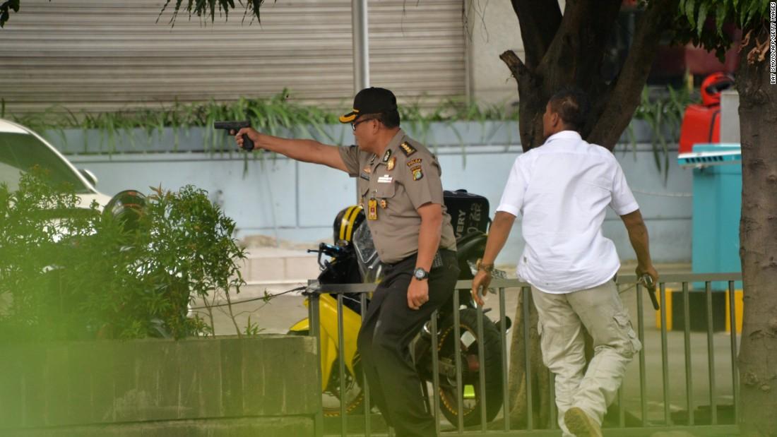 Ảnh vụ nổ bom: Đấu súng giữa thủ đô Indonesia 7