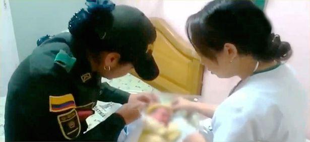 Video nữ cảnh sát cứu sống bé bị bỏ rơi gây xúc động 1