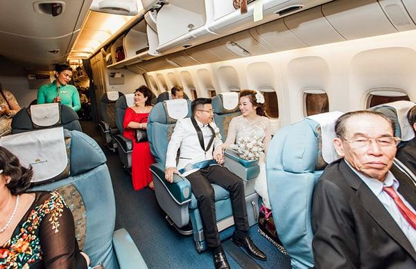 Cặp đôi tổ chức tiệc cưới tiền tỉ, rước dâu bằng máy bay 1