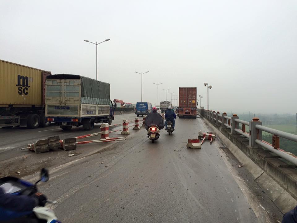 Hiện trường vụ xe container gây tai nạn liên hoàn trên cầu Thanh Trì 2
