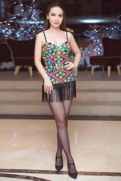 Yến Trang diện trang phục cực ngắn cũn cỡn, khoe khéo eo thon 1