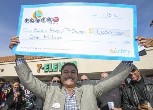 Chủ cửa hàng bán vé sổ kiếm triệu USD 1