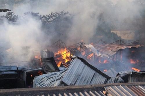 Cháy lớn tại xưởng gỗ ở Sài Gòn, hàng chục công nhân hốt hoảng bỏ chạy 1