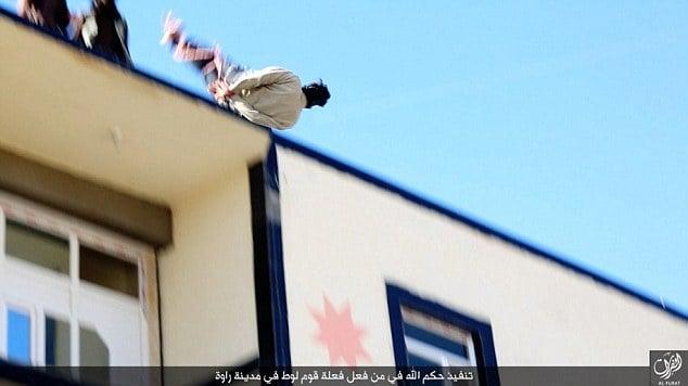 IS công khai ném người đồng tính từ trên mái nhà xuống 7