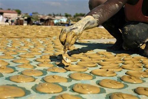 Người dân Haiti ăn bánh làm từ bùn đất 1