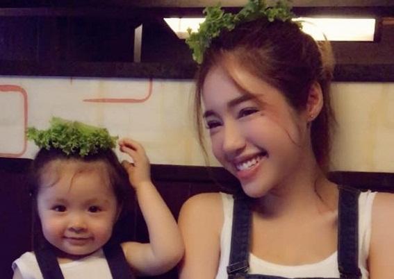 Elly Trần và con gái Cadie diện đồ đôi đi ăn 1