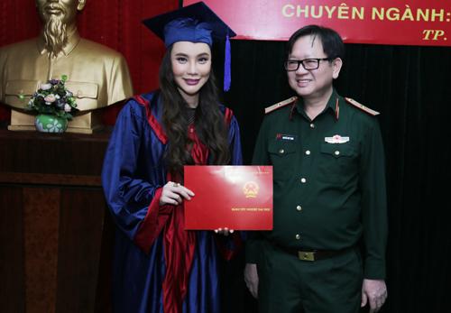 Hồ Quỳnh Hương được mời về làm giảng viên trường quân đội 1