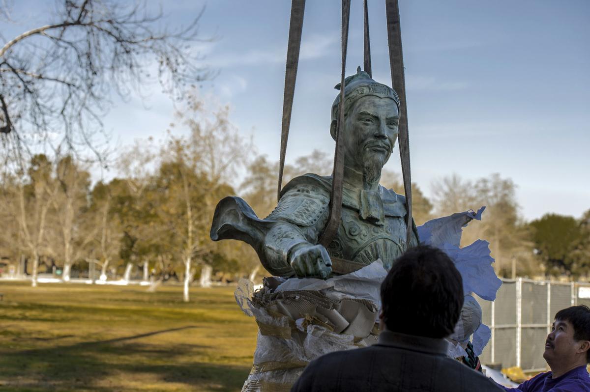 Cận cảnh tượng Đức Thánh Trần Hưng Đạo tại công viên ở Mỹ 1