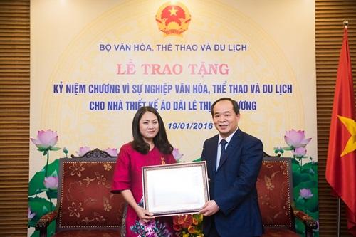 'Nàng thơ áo dài' Lan Hương nhận kỷ niệm chương của Bộ Văn hóa 1