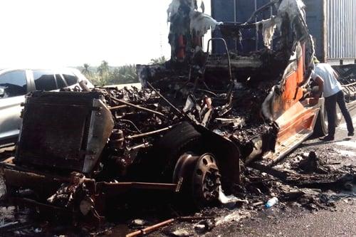 Xe đầu kéo bất ngờ phát nổ, cháy rụi trên cao tốc 1