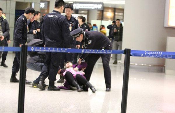 Fan nữ gào khóc lăn ra sân bay đòi tặng quà cho Hoắc Kiến Hoa 1