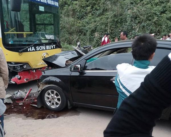 Xe buýt đấu đầu xe ô tô, một bác sĩ tử vong 1