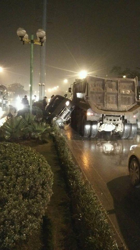 Hà Nội: tạt đầu xe tải, xế hộp bị đâm xoay 180 độ 1
