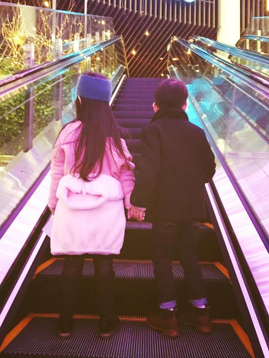 Hồ Ngọc Hà đưa Subeo đi chơi với bạn gái tại trung tâm thương mại 3