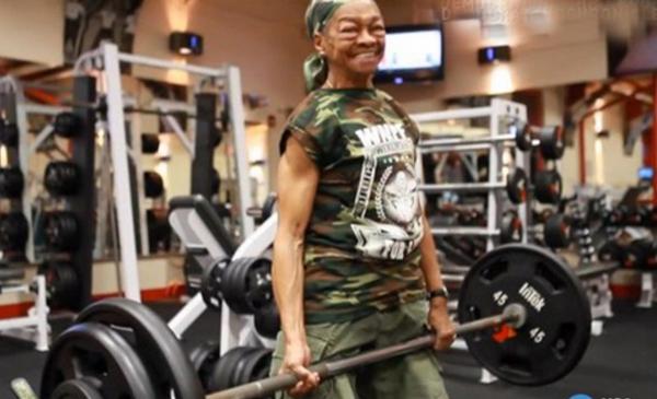 Cụ bà 77 tuổi có thể nâng tạ gấp đôi cơ thể 1