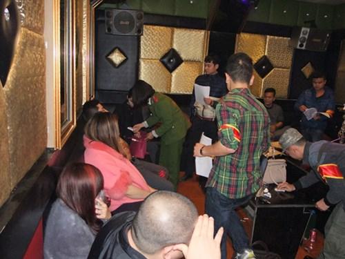 Phát hiện hàng chục đôi nam, nữ dương tính với ma túy trong quán karaoke 1
