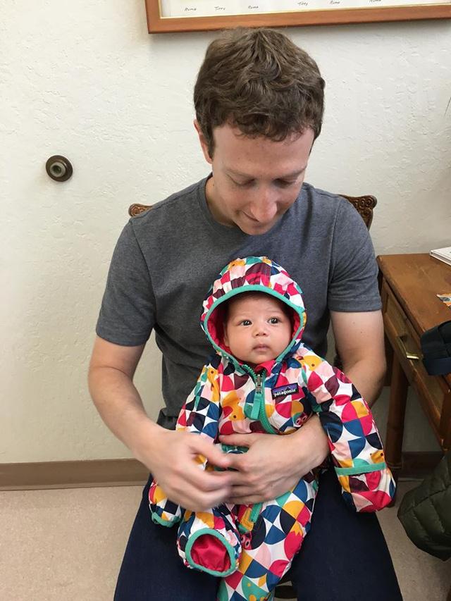 Ông chủ Facebook dạy con gái 2 tháng tuổi tập bơi 2