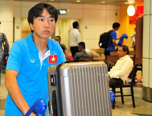 Chưa rõ tương lai, HLV Miura trở về Nhật Bản  1