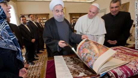 Italia che tượng khỏa thân đón Tổng thống Iran khiến dân nổi giận 1